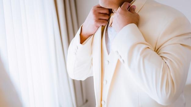 Bruidegom aanraken bowtie Premium Foto