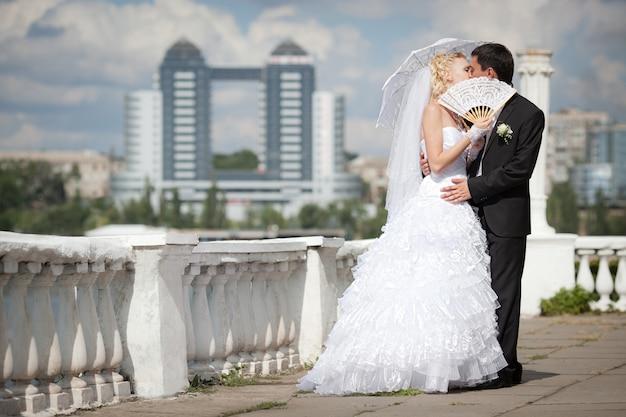 Bruidegom en bruid op hun trouwdag Premium Foto