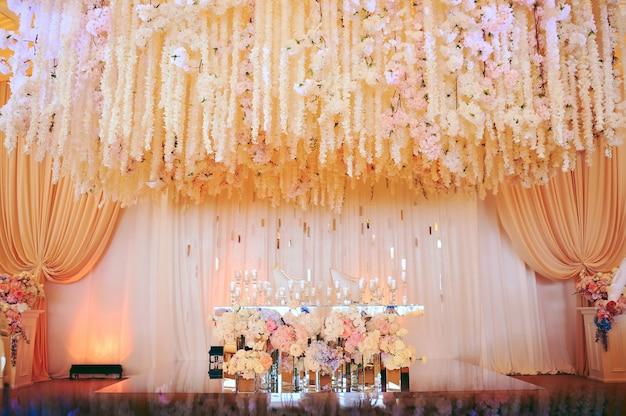Bruidegom en bruid's bruiloft tafel versierd met bloemen en kaarsen Gratis Foto