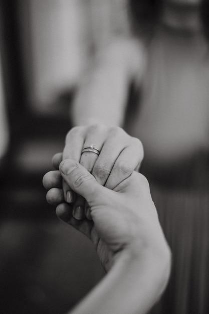 Bruidegom houdt de bruid hand Premium Foto