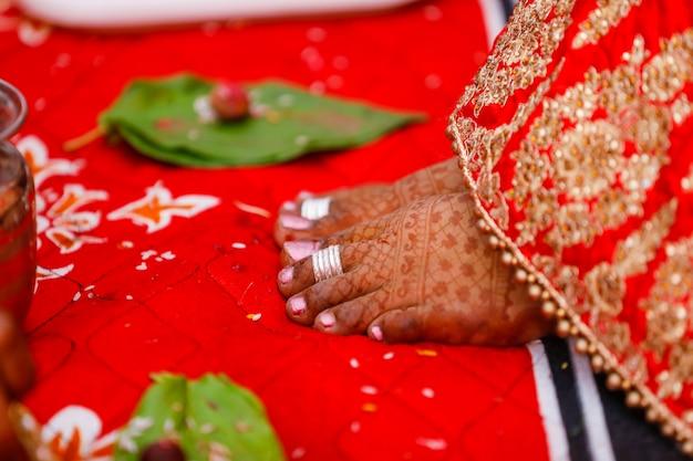 Bruids been met mehandi-ontwerp Premium Foto