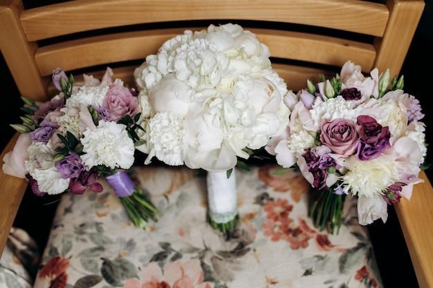 Bruidsboeketten van witte pioenrozen en zachte violette eustoma's Gratis Foto