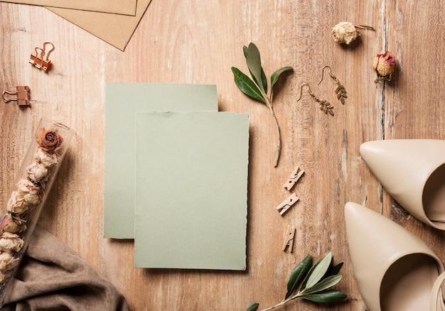 Bruidschoenen met huwelijkskaart naast Gratis Foto