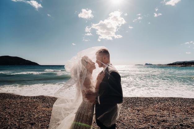 Bruidspaar aan de franse rivièra. huwelijk in de provence. bruid en bruidegom in frankrijk. Premium Foto