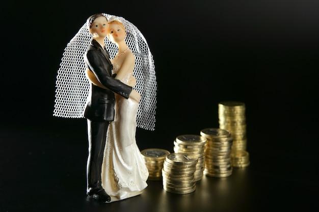 Bruidspaar beeldje en gouden munten Premium Foto
