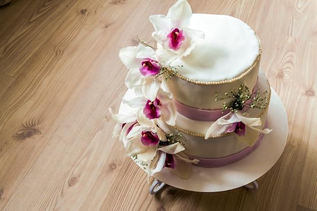 Bruidstaart met bloemen Premium Foto