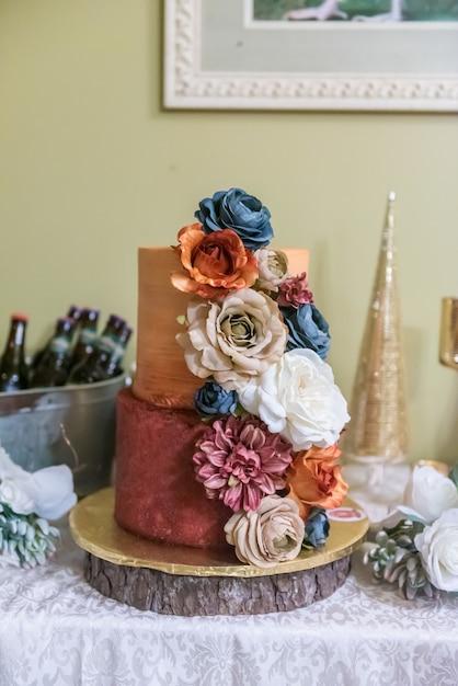 Bruidstaart met bloemen Gratis Foto