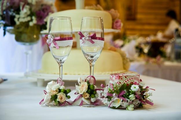 Bruidstaart met rode rozen Premium Foto