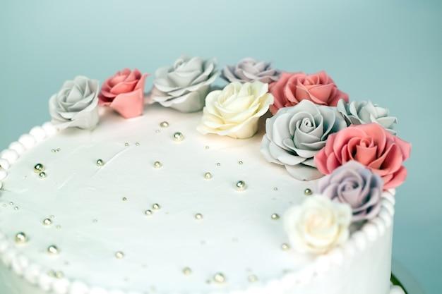 Bruidstaart met rozen. Premium Foto