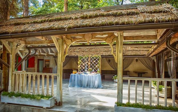 Bruidstaart versierd met bloemen staan van feestelijke tafel Premium Foto