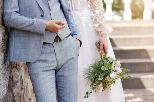 Bruiloft achtergrond, bruid en bruidegom in stijlvolle kleding Premium Foto