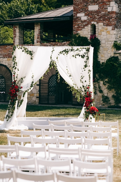 Bruiloft altaar gemaakt van vierkante gordijnen staat op de achtertuin Gratis Foto