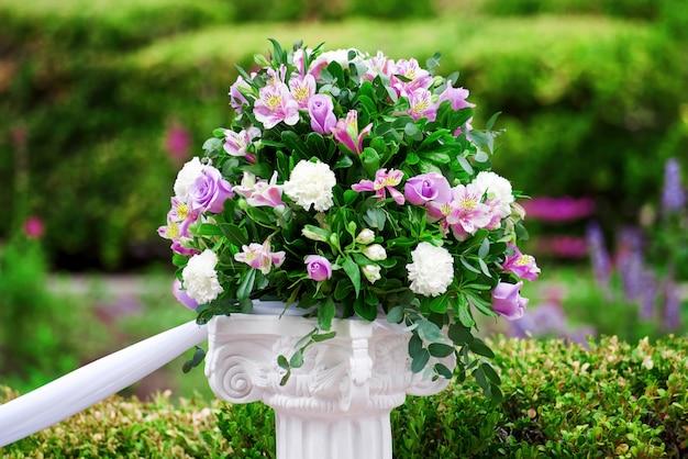 Bruiloft bloemen in een groen park Gratis Foto