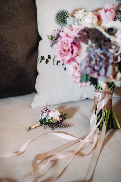 Bruiloft boeket met rozen en corsages.the decor op de bruiloft. Premium Foto