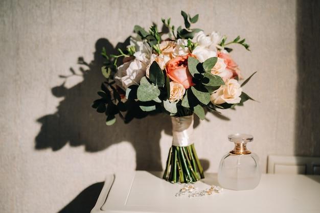 Bruiloft boeket met rozen op tafel Premium Foto