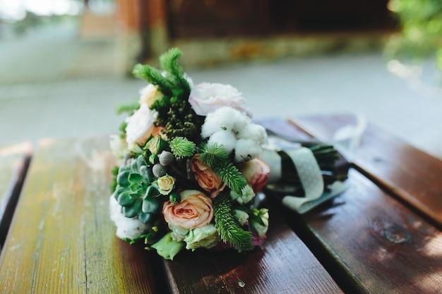 Bruiloft boeket op een bankje, dichtbij bekeken Gratis Foto