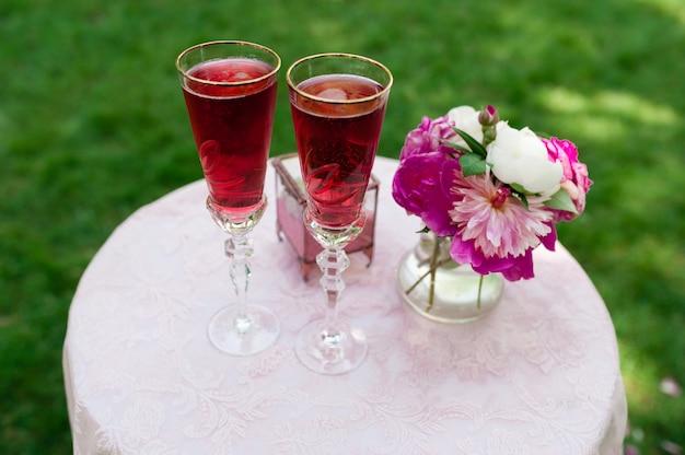 Bruiloft bril met roze champagne Premium Foto