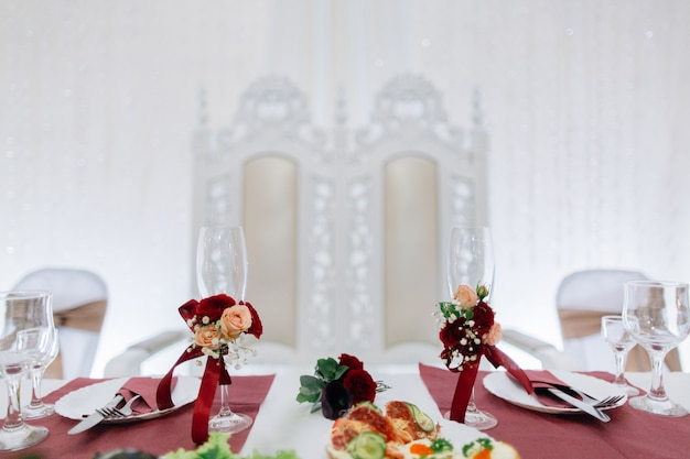 Bruiloft bril prachtig versierd met bloemen Premium Foto