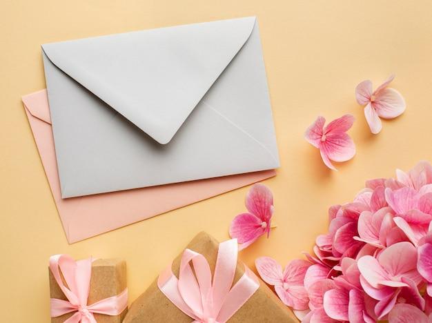 Bruiloft concept bloemen en uitnodiging plat leggen Gratis Foto