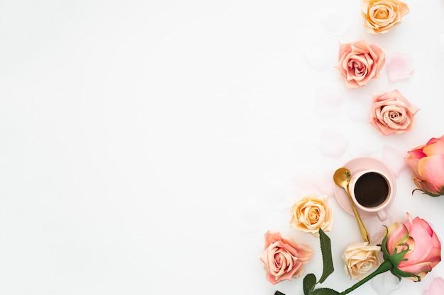 Bruiloft concept gemaakt met roze rozen, en kopje koffie met kopie ruimte Gratis Foto