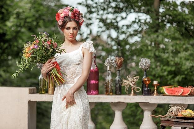 Bruiloft decoratie in de stijl van boho, bloemstuk, gedecoreerde tafel in de tuin. Gratis Foto