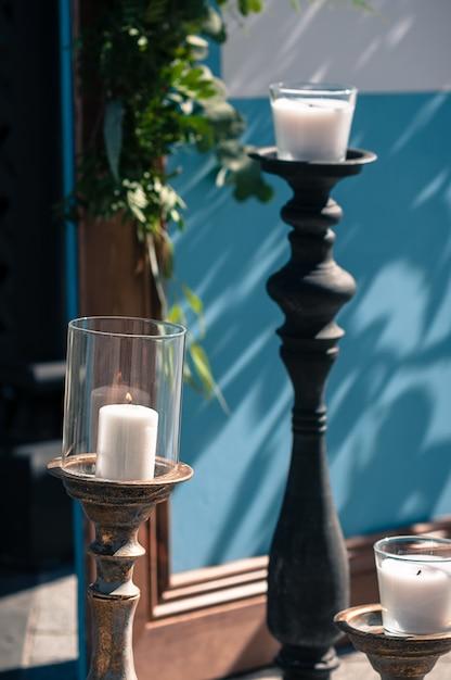 Bruiloft evenement buiten decoratie opstelling, blauw houten scherm, witte kaarsen Premium Foto