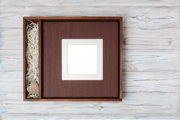 Bruiloft fotoboek met houten doos. Premium Foto
