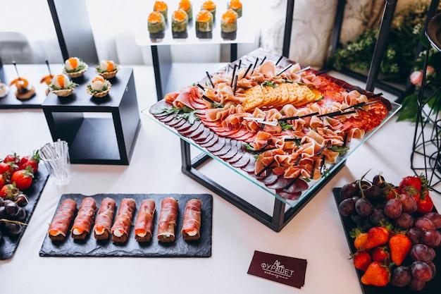 Bruiloft snacks en desserts tafel Gratis Foto