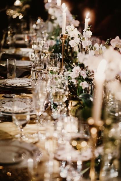 Bruiloft tafel met kaarsen versierd met boeketten van bloemen Gratis Foto