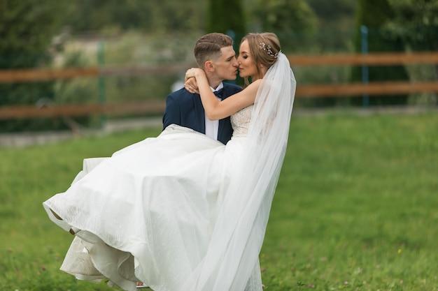 Bruiloft. trouwdag. bruid en bruidegom op huwelijksceremonie met luxe bruiloft decoratie. mooie bruid en elegante bruidegom op ceremonie. Premium Foto