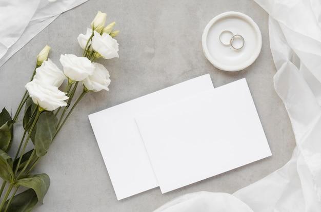 Bruiloft uitnodigingskaarten bovenaanzicht Gratis Foto
