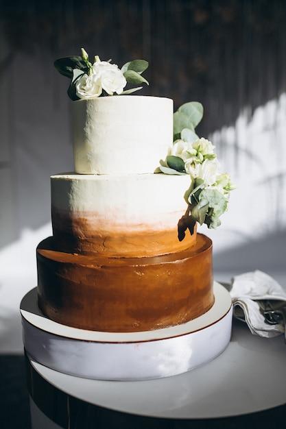 Bruiloft versierd dessert tafel in een restaurant Gratis Foto