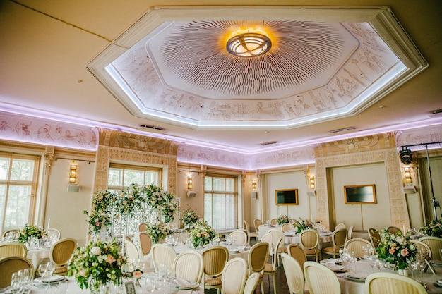 Bruiloftsreceptie met een prachtig plafond Premium Foto