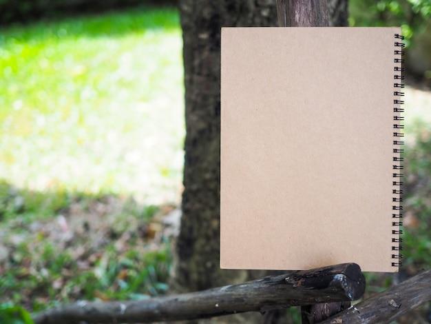 Bruin boek in de tuin. eco letter met kopie ruimte. Premium Foto