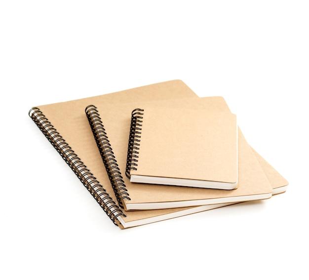 Bruin gerecycleerd ringbandnotitieboekje op wit oppervlak Premium Foto