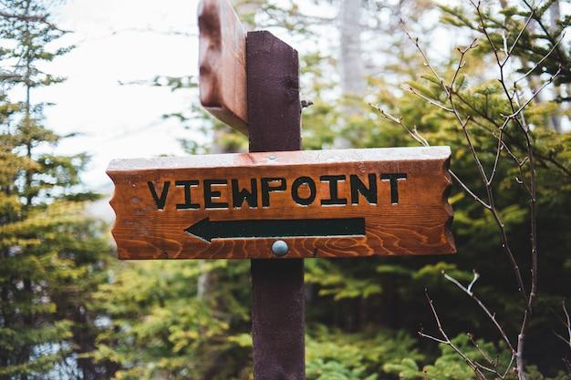 Bruin houten teken aan signage van het strand Gratis Foto