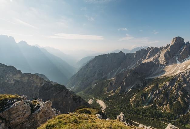 Bruine bergen overdag Gratis Foto