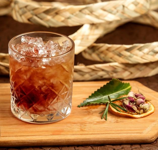 Bruine drank met ijs op de lijst Gratis Foto