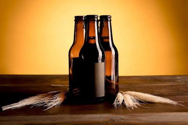 Bruine flessen bier op houten lijst Gratis Foto