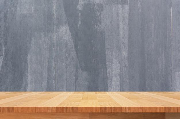 Bruine houten vloer met grunge zwarte muur voor achtergrond foto