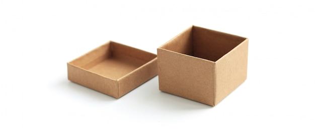 Bruine kartondoos die leeg malplaatje in geïsoleerd op wit verpakken. Premium Foto