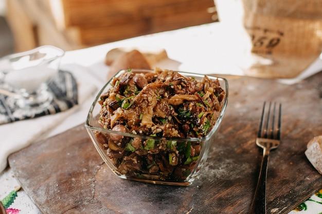 Bruine maaltijd bonen groenten gesneden vitamine rijk gezouten gepeperd binnen glas op bruin houten bureau Gratis Foto