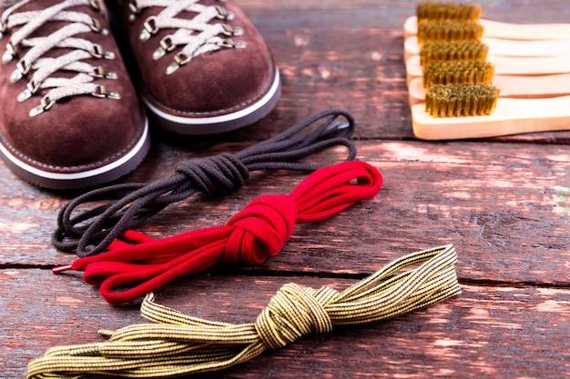 Bruine man suede laarzen met penseelveters op houten. herfst- of winterschoenen. Premium Foto