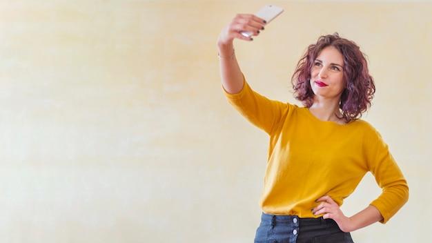 Brunette blogger die een selfie neemt Gratis Foto