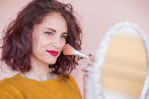 Brunette blogger doet haar make-up Gratis Foto