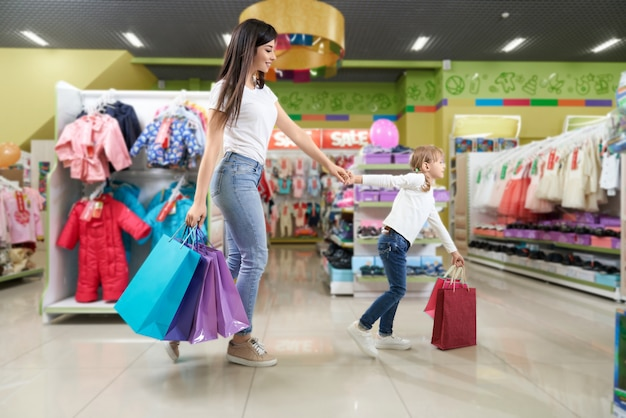 Brunette en schattig meisje winkelen in warenhuis. Gratis Foto