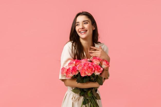 Brunette meisje bedrijf bloemboeket Premium Foto