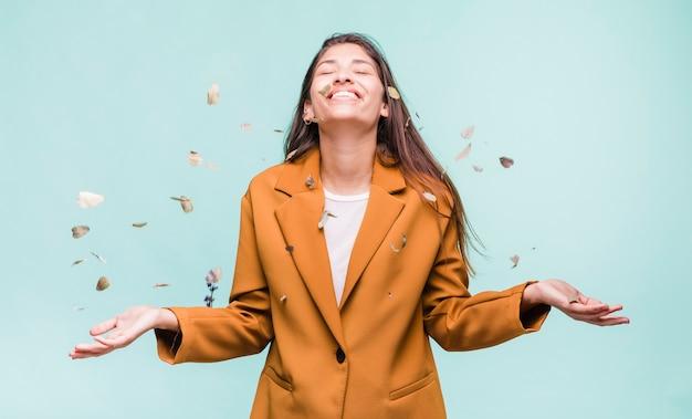 Brunette meisje speelt met droge bladeren Gratis Foto