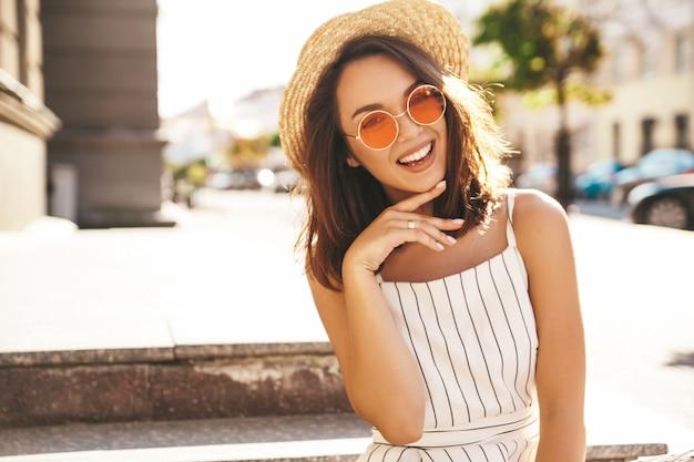 Brunette model in zomer kleding poseren op straat poseren Gratis Foto