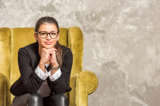 Brunette zakenvrouw poseren Premium Foto
